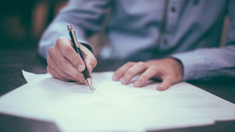 Ki jogosult aláírni a cég nevében?